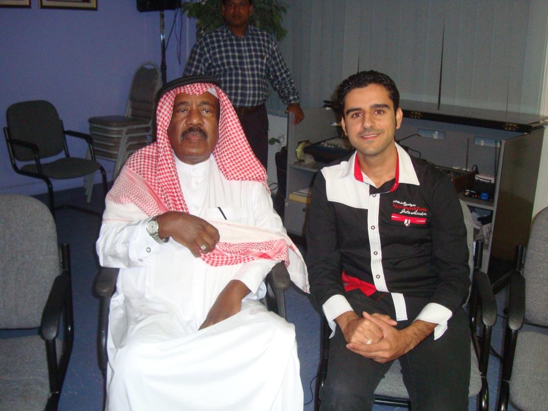 بعد الأداء في حفل تكريم الفنان الكبير محمد علي عبدالله - مركز عبدالرحمن كانو الثقافي - نوفمبر 2011م